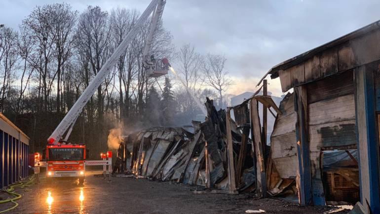 27.01.2019 – Brand nach Explosion in einem Großgaragenpark – Garagen teilweise eingestürzt – zwei Personen schwerverletzt