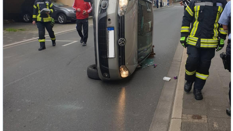 04.07.2020 – Ungewöhnlicher Verkehrsunfall – Fahrer glücklicherweise unverletzt
