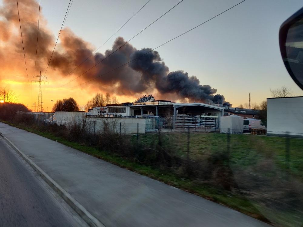 12.02.2021 – Zwei Lagerhallen im Sindorfer Industriegebiet bei Großbrand zerstört – rund 140 Einsatzkräfte waren vor Ort